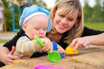 Как детям играть в песочнице до года